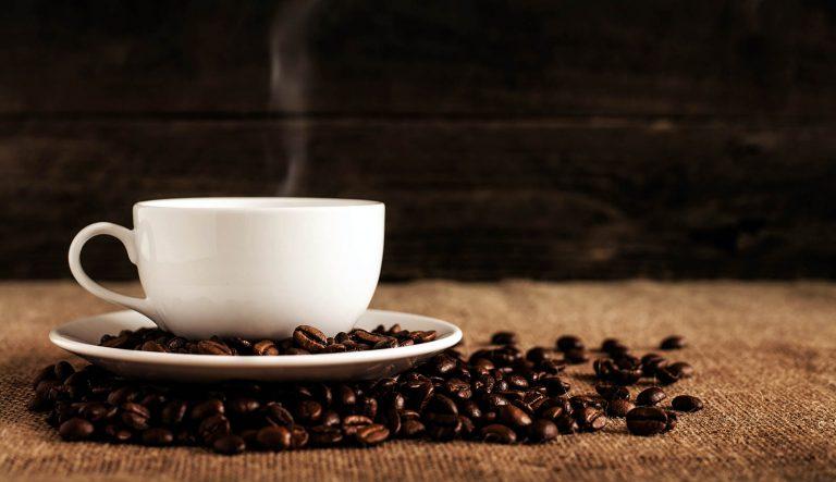 قهوه به همراه دانه های قهوه